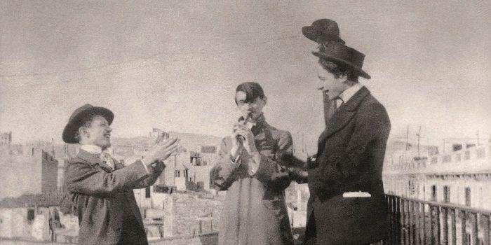 Picasso, Àngel Fernández de Soto y Carlos Casagemas en la terraza familiar del primero | Fuente: Archivo Eduard Vallés, Barcelona
