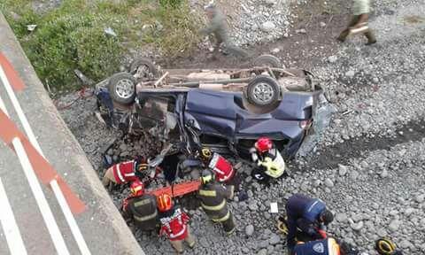 Mujer muere tras caer minibús desde el puente Rauco en cercanías ... - BioBioChile