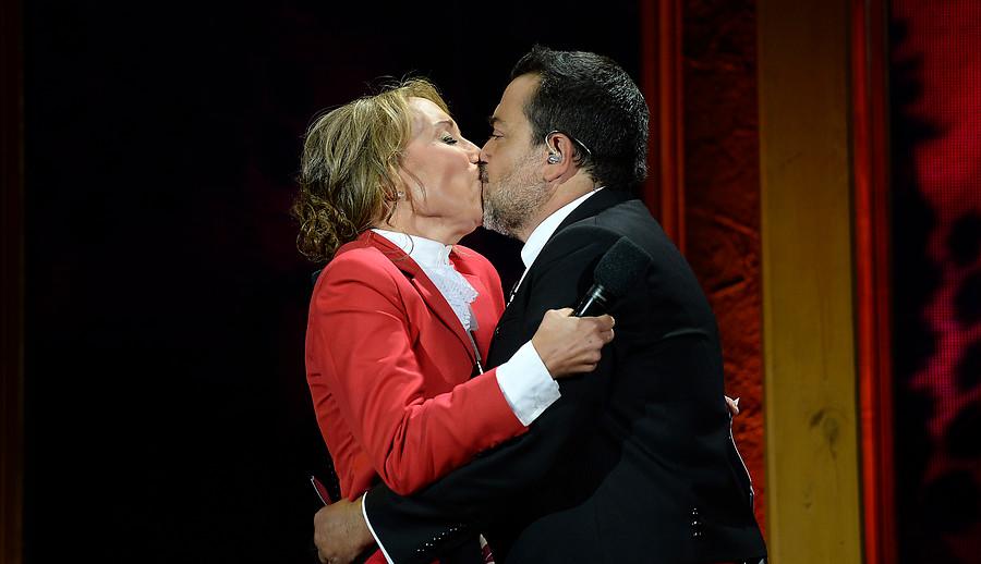 Con un beso y una paya Karen Doggenweiler y Leo Caprile abren el Festival de Olmué
