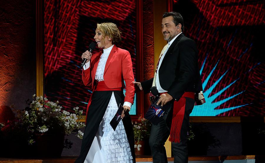 Karen Doggenweiler se luce con elegante y escotado vestido en Festival de Olmué