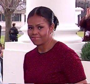 Notable reacción de Michelle Obama al recibir regalo de Melania Trump se viraliza