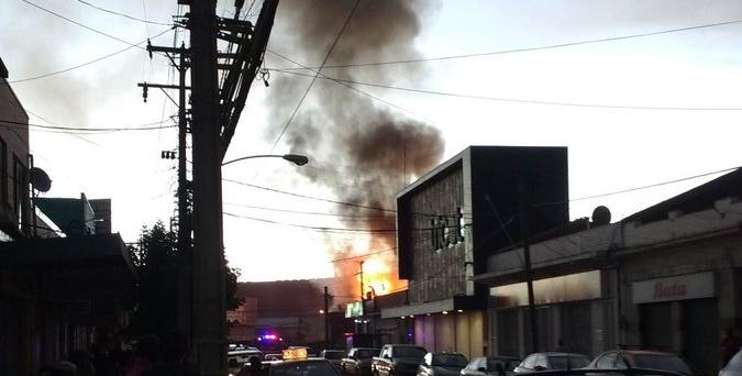 Incendio destruyó cinco locales comerciales del centro de Santa Cruz