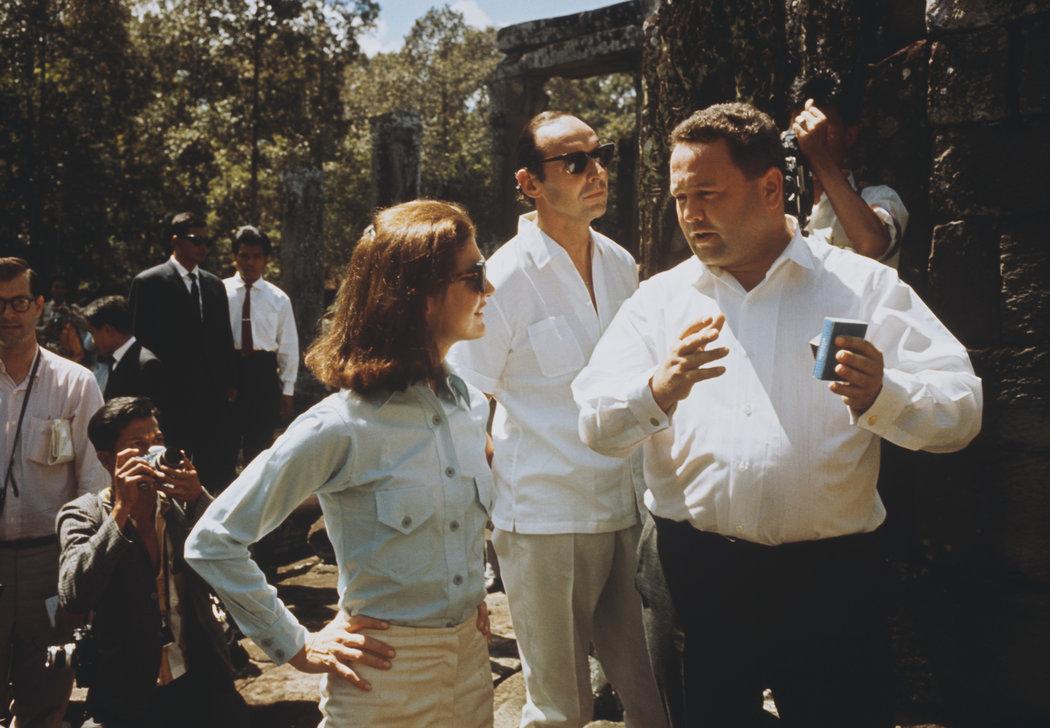 Jacqueline Kennedy junto a David Ormsby Gore (el hombre de gafas) visitando los templos de Angkor Wat en Camboya