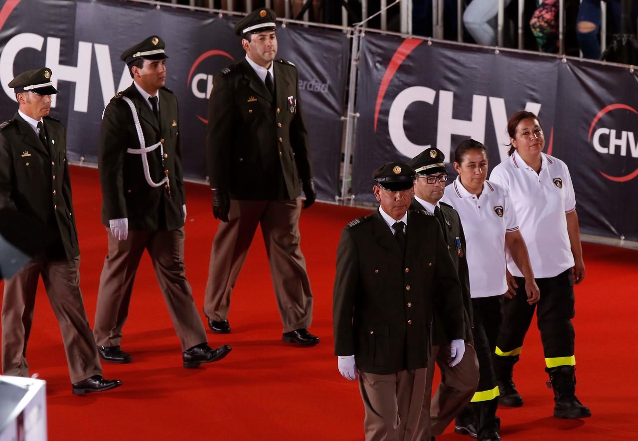 Homenaje a Bomberos emociona a televidentes en inicio de gala del Festival de Viña del Mar