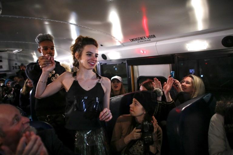 Diseñadora argentina sorprende con desfile en un bus escolar en Semana de Moda Nueva York