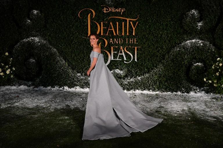 """Emma Watson usa vestido con largísima capa en estreno de """"La bella y la bestia"""" en Londres"""