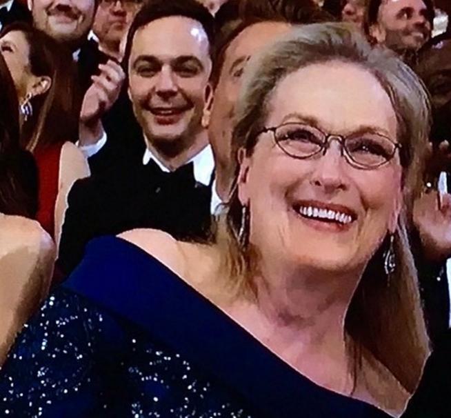Divertido photobomb de Jim Parsons a Meryl Streep saca risas en los Óscar