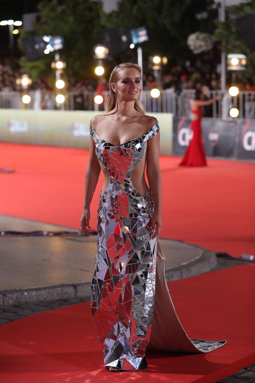 Kika Silva brilló con vestido hecho de espejos y es de las mejores vestidas de la gala