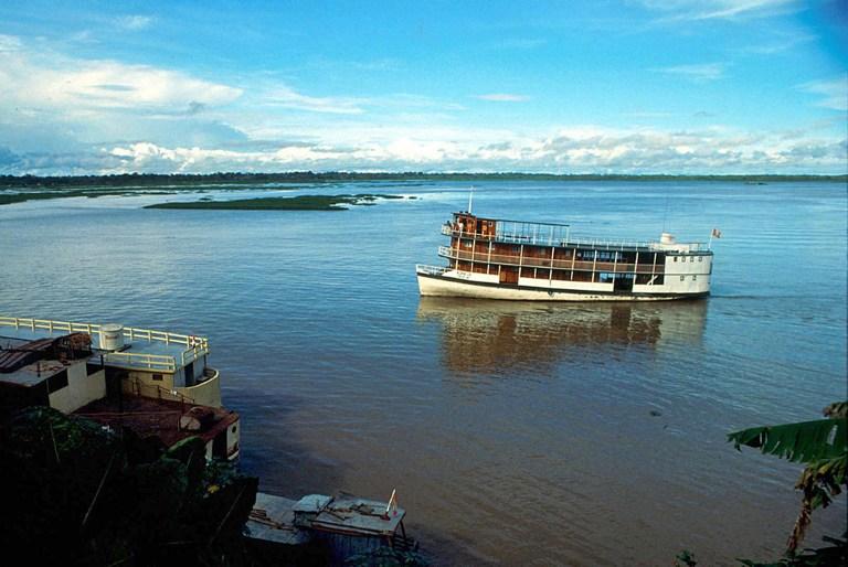 Fotografía de 1990 en que se observa el río Amazonas en la ciudad de Iquitos, selva nor oriental de Perú. | AFP