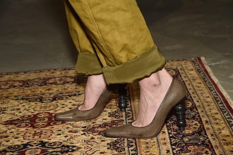 Zapatos con raros tacones de madera captan la atención en Semana de la Moda de Nueva York