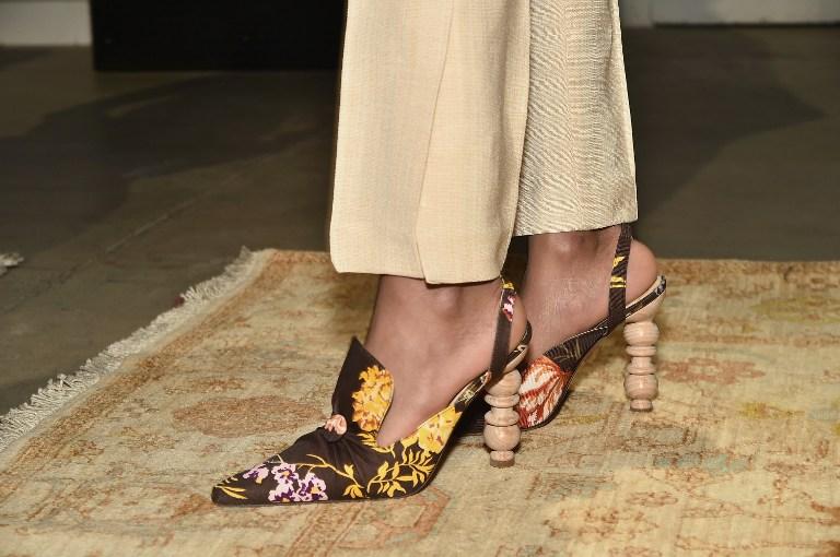 Zapatos con raros tacones de madera captan la atenci n en - Tocones de madera ...
