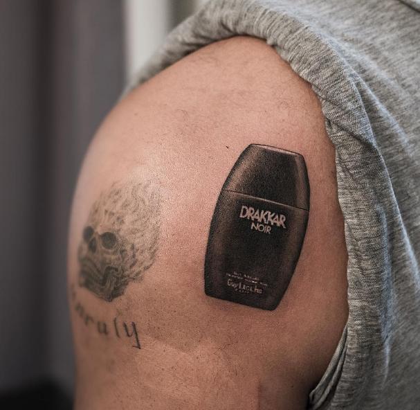 Drake tiene el peor tatuaje del mundo: inmortalizó la botella de un perfume en su hombro