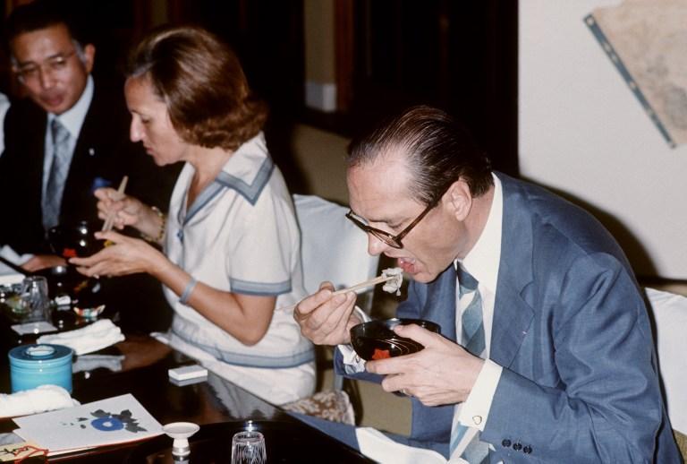 El ex primer ministro francés Jacques Chirac comiendo pescado y algas en su visita al Japón de 1976 | AFP