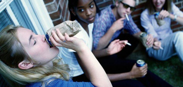 Adolescente emite drogas y alcohol