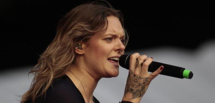 Cantante Sueca Tove Lo Muestra Torso Desnudo En Escenario De