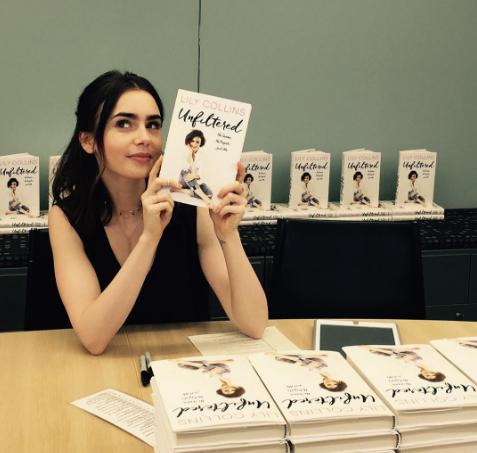 Lily Collins firmando copias de su libro | @Lilyjcollins en Instagram