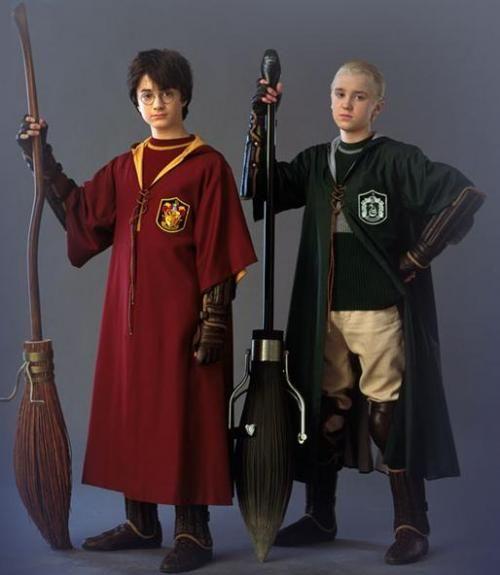 Harry Potter y Draco Malfoy con sus trajes de Quidditch | Warner Bros.