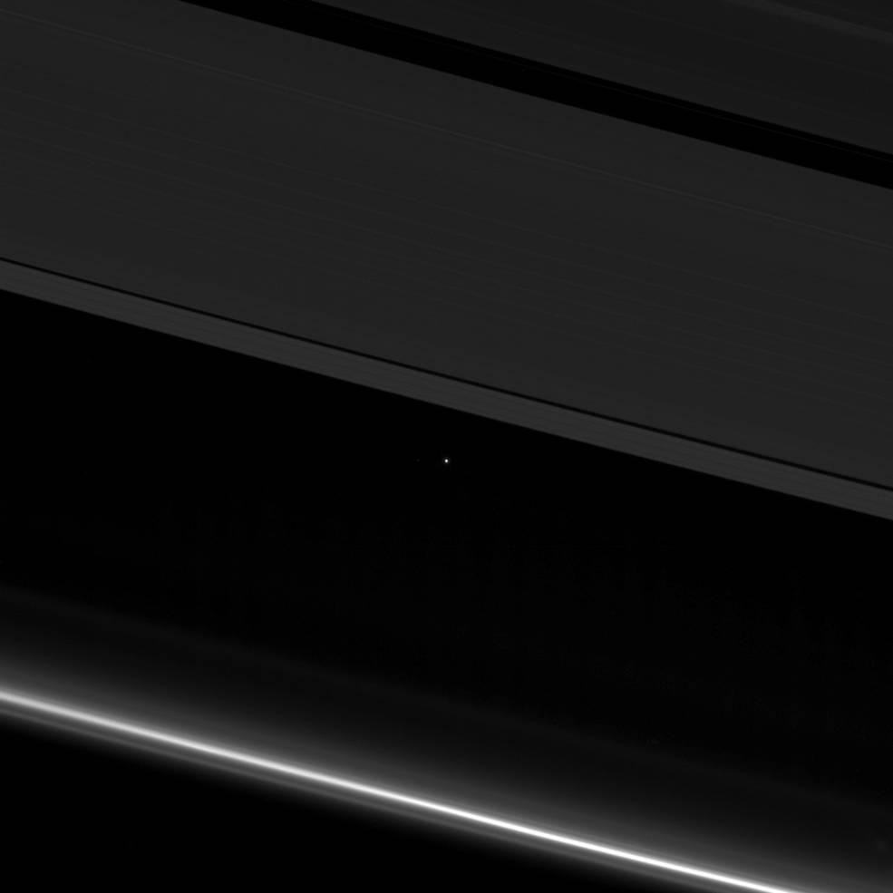 La Tierra (el punto de luz brillante) vista entre los anillos de Saturno | NASA