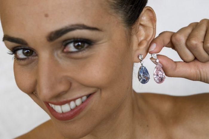 Subastan pendientes de diamantes en 57 millones de dólares