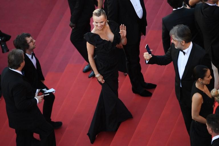 Pamela Anderson llega a Cannes luciendo un rostro prácticamente irreconocible