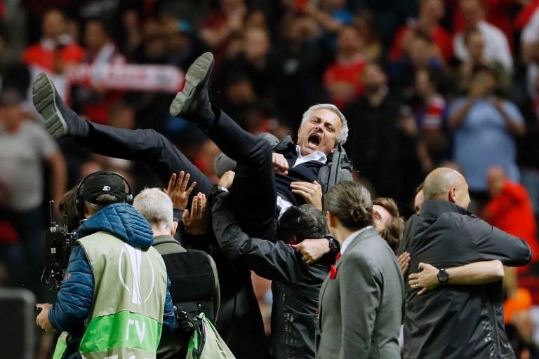 Mourinho en andas  por jugadores del United | Agence France-Presse