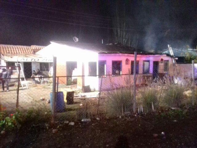 Explosión en incendio afecta a fábrica y restaurante en Calera de