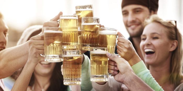 Amigos tomando cerveza   (CC0)