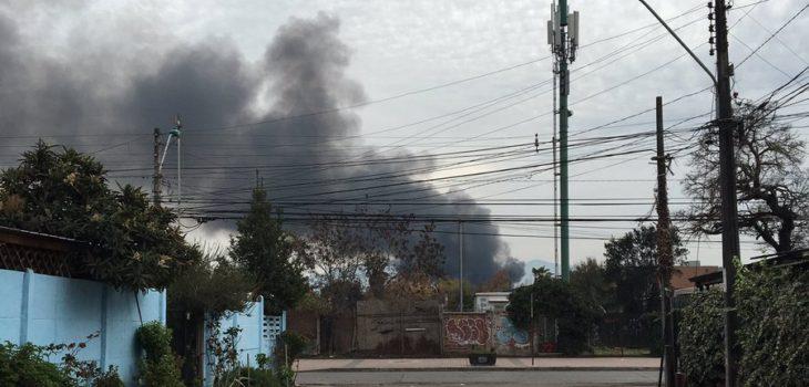 Bomberos trabaja en incendio que afecta centro de acopio de chatarra en Talagante