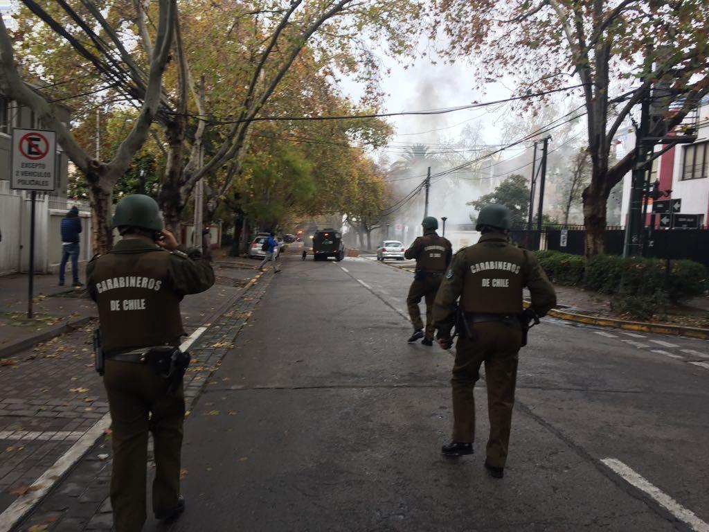 Fuerzas Especiales derriban reja del Instituto Nacional en manifestaciones