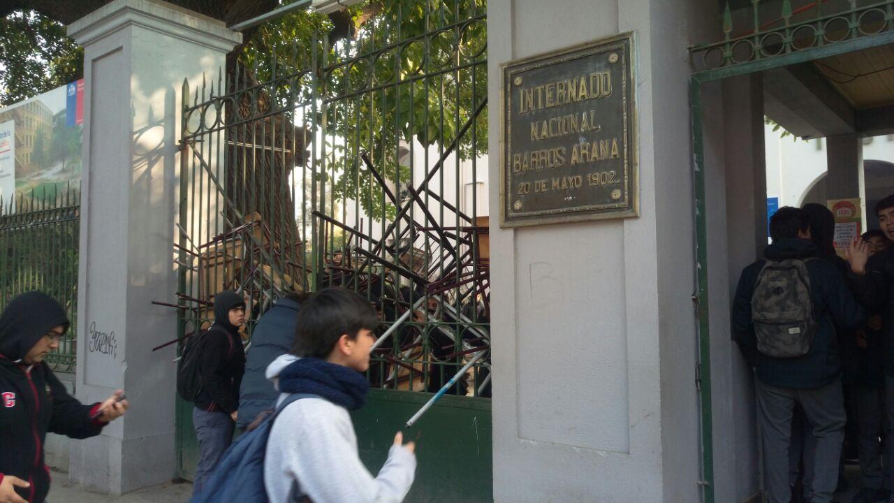 Estudiantes se tomaron dependencias del Internado Nacional Barros Arana
