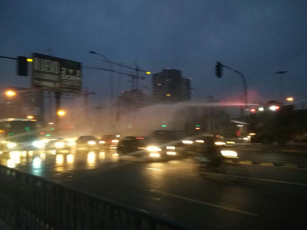 Manifestantes del Movimiento Ukamau interrumpen el tránsito en la Alameda