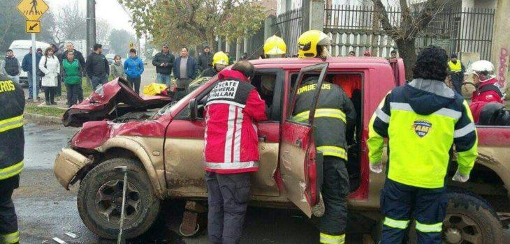 Un lesionado deja colisión entre carro de Bomberos y camioneta en Chillán