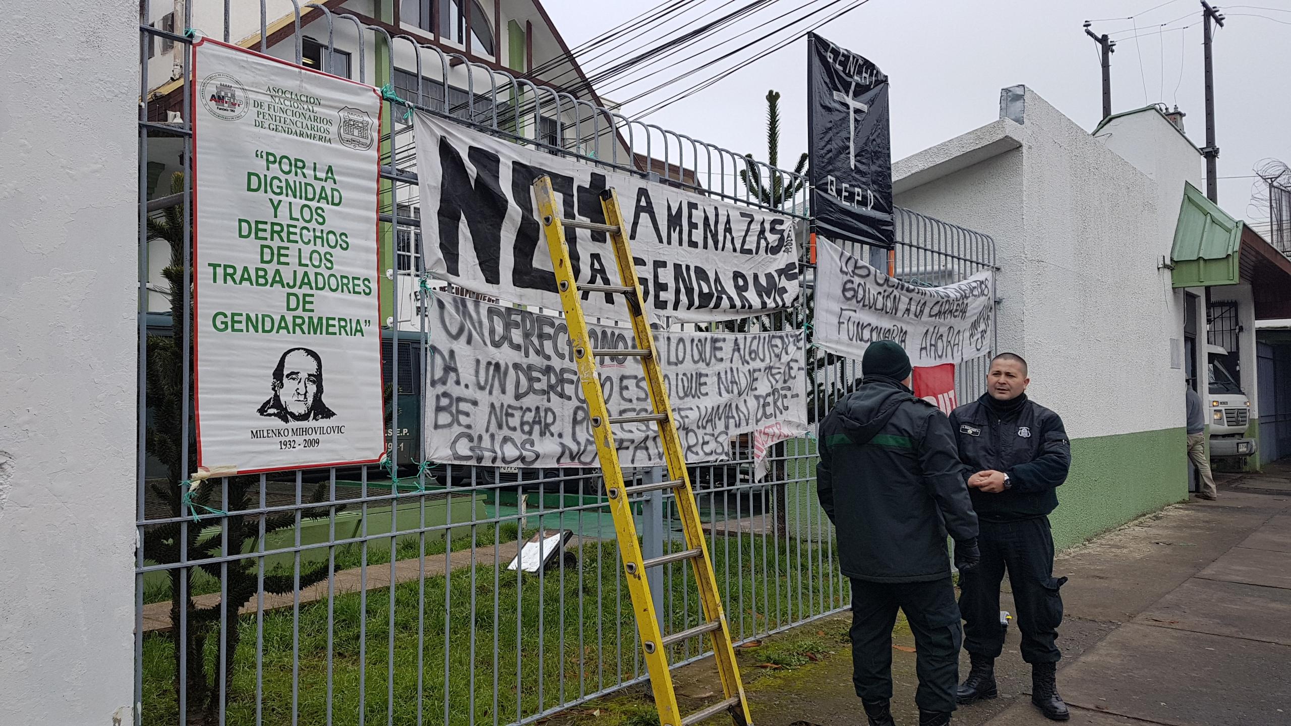 FOTOS | Funcionarios de Gendarmería intentaron encadenarse al Ministerio de Justicia