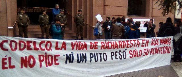 Manifestación a favor de Richard Bobadilla en oficina de Codelco en Santiago.