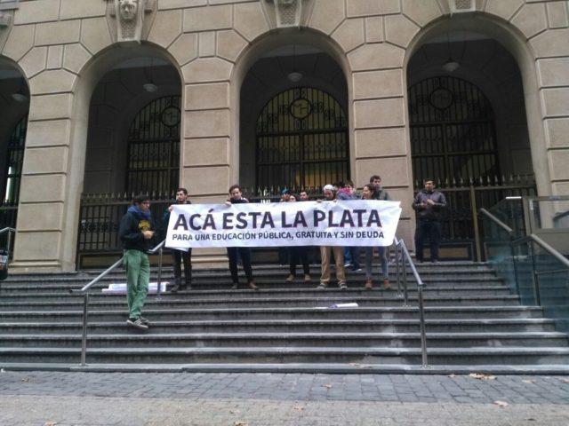 Estudiantes de la FECh protestan frente al ministerio de Hacienda