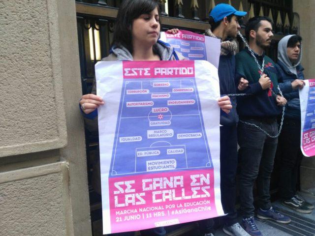 Estudiantes de la Confech protestaron a las afueras del Ministerio de Hacienda