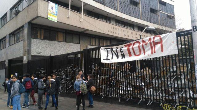 Alessandri desaloja liceos en toma y anuncia demandas contra responsables de destrozos