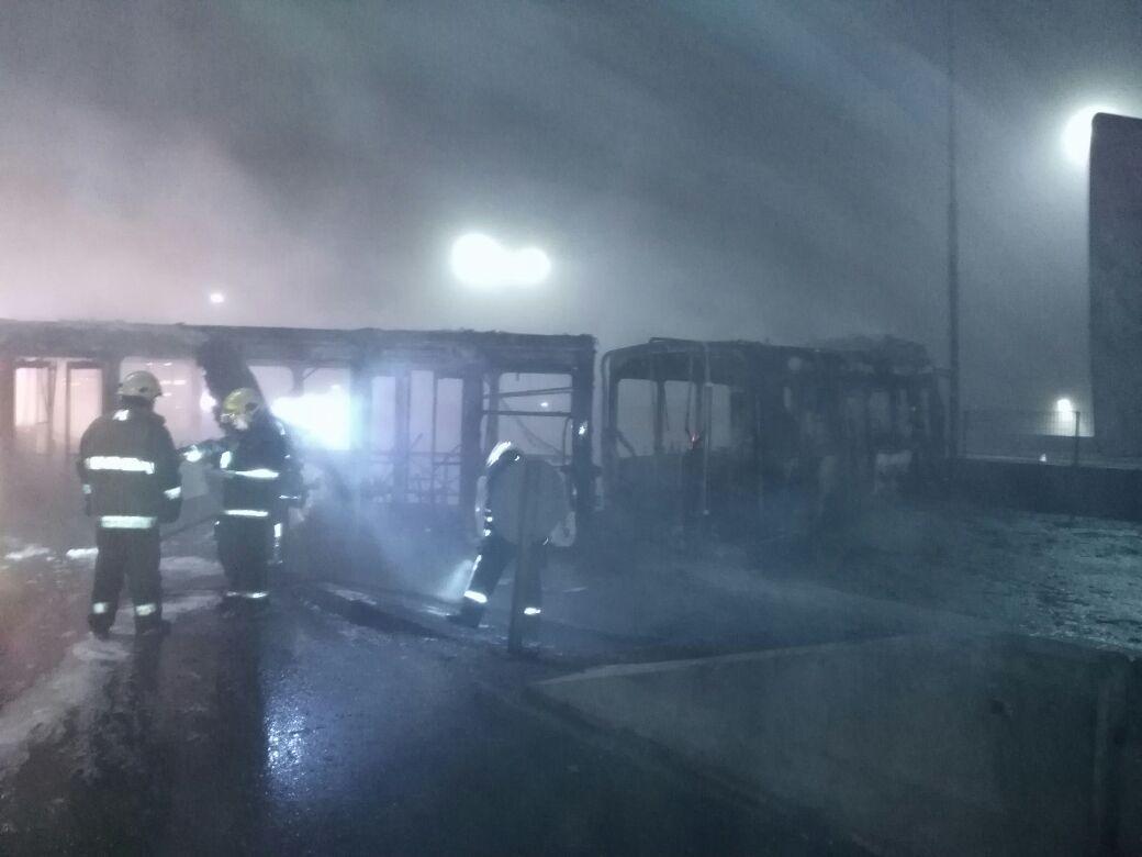 Desconocidos queman bus del Transantiago en Avenida Alberto Hurtado