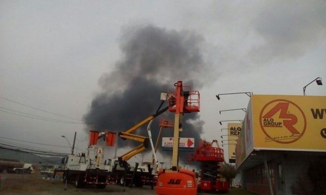 Explosión e incendio afectaron a empresa de plásticos en Quilicura