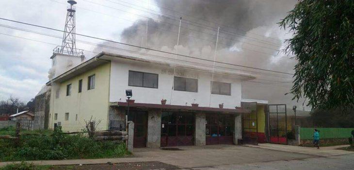 Incendio afecta a las dependencias de la compañía de Bomberos de Río Bueno