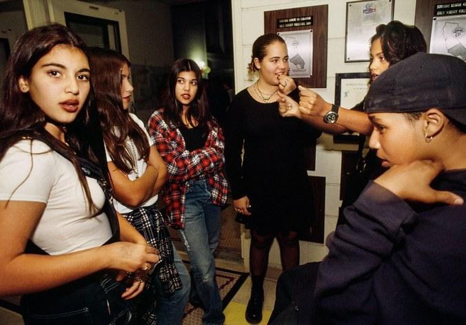 Kim Kardashian (primera a la izquierda) y Kourtney (tercera de izquierda a derecha) en 1992 | Lauren Greenfield