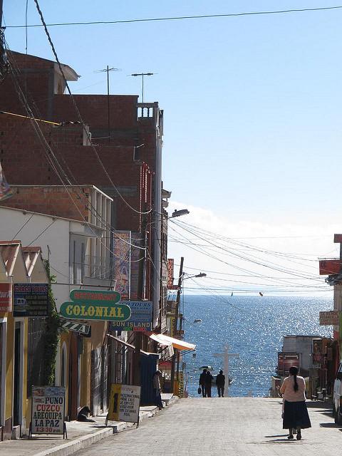 Calle de hostales en Copacaba - Los viajes del Cangrejo   Flickr CC