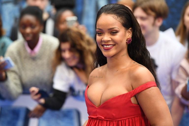 El pronunciado escote de Rihanna acaparó la atención en la alfombra roja