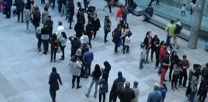 Fila de gente en la exposición de Andy Warhol