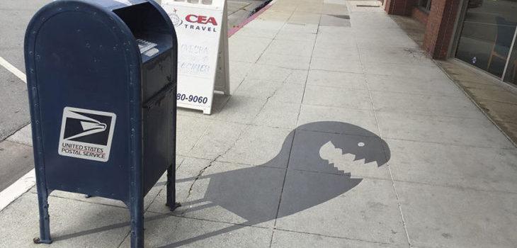 Las fantasiosas sombras que dibujó un artista para divertir a los transeúntes de su ciudad