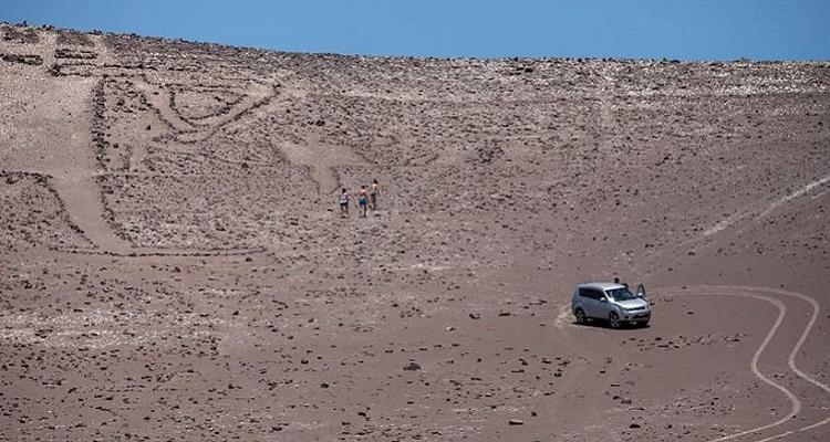Presentan denuncia por daños irreversibles al Gigante de Tarapacá: grupo ingresó en auto al sector