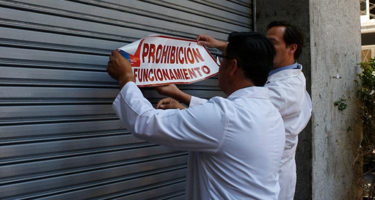 Seremi de Salud RM prohíbe funcionamiento de heladería capitalina tras encontrar cucarachas en local