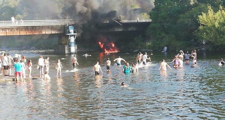 Bañistas rescatan a conductor tras chocar, volcar y caer con camioneta desde puente a río en Antuco