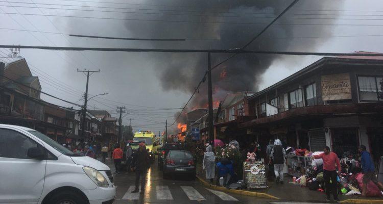 Incendio consume viviendas y locales comerciales en pleno centro de Panguipulli