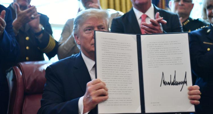 Trump bloquea resolución del Senado que le impedía conseguir financiamiento para su muro